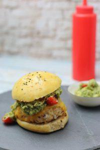 Würziger selbstgemachter Hähnchenburger mit Guacamole