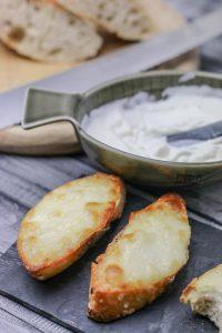 Knoblauchbrot mit weißer Mayonnaise aus Milch ohne Ei