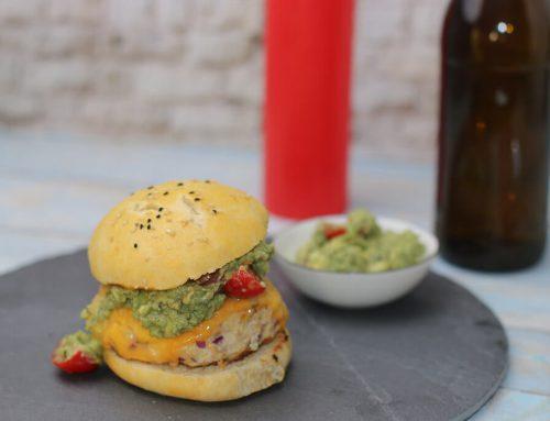 Spicy Chickenburger mit Käse und Guacamole