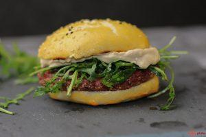 Veganer Burger mit Quinoa und Tofu