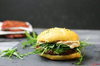 Veganer Burger mit Hummus, Tofu, Quinoa und rote Beete