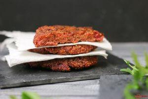 Veganes Burgerpatty mit Quinoa, rote Beete und Tofu