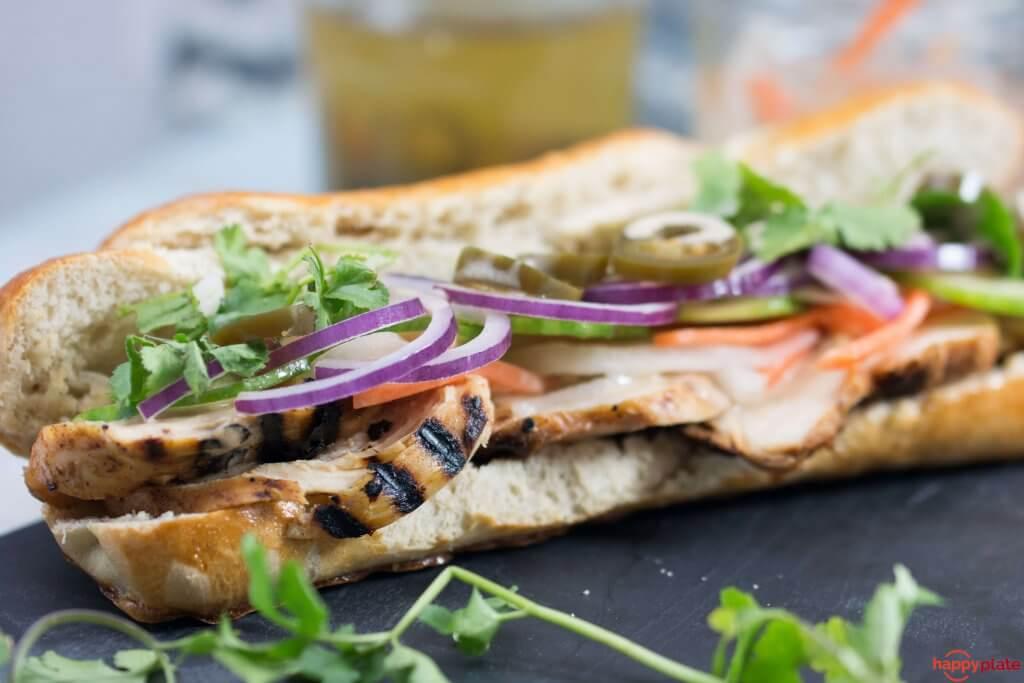 Banh Mi Sandwich aus Vietnam mit Hähnchen