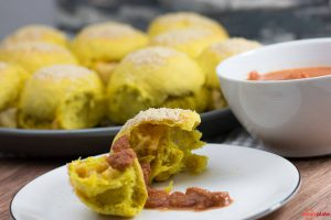 Curry brotring mit Käse gefüllt und scharfer Sauce