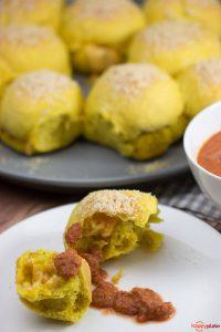 Brotring mit Curry und Käse gefüllt