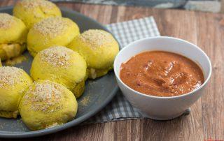 Curry Käsebällchen mit Parmesan und scharfen Dip