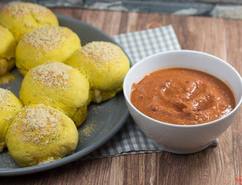 Curry-Brotring mit Käse gefüllt und mit scharfen Dip
