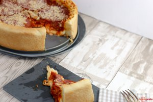 Chicago-Style Deep Dish Pizza mit Mozzarella und Salami