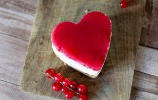 Kleiner No Bake Cheesecake mit Johannisbeere in Herzform