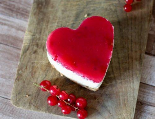 Mini No-Bake Cheesecake in Herzform mit Johannisbeeren
