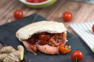 Lachs Pita mit Tomate und Joghurt_