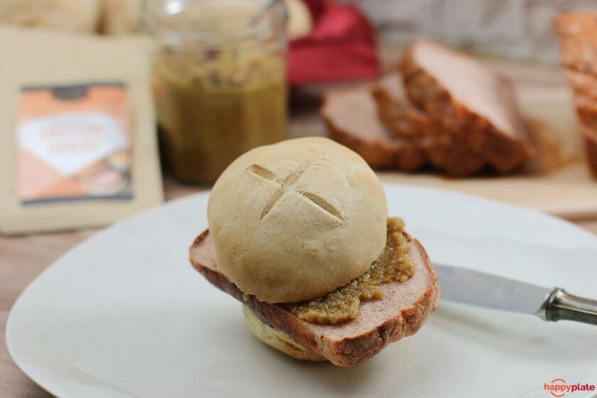 Leberkaes Semmel mit selbstgemachtem süssem Senf