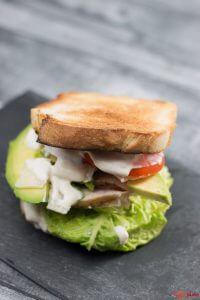 Caesars Sandwich mit Sardellen, Haehnchen und Avocado