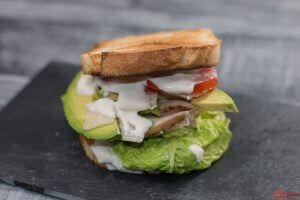 Caesar Sandwich mit Parmesan und Avocado