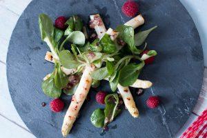 Gegrillter Spargel-Salat mit Himbeeren und Feldsalat