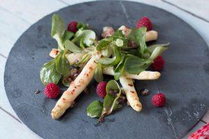 Gegrillter weißer Spargel mit Himbeeren und Feldsalat