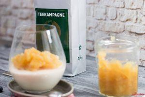 Grüner Tee von Teekampagne im Panna Cotta mit Apfelkompott