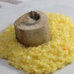 Risotto Milanese, also Mailänder isotto mit Rinermarkknochen