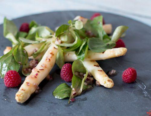 Gegrillter weißer Spargel-Salat mit Himbeeren