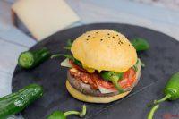 Burger mit Chorizo, Manchego und Pimientos