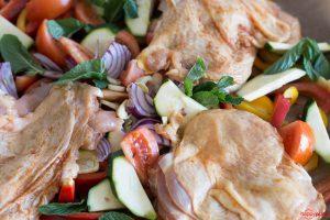 Hähnchensandwich mit Ofengemüse auf einem Blech im Ofen