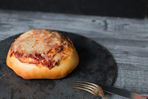 Ein selbstgemachter Pizza Burger