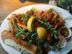 Salat mit Sepia und Süsskartoffel Fries im Attentat griechischer Salat