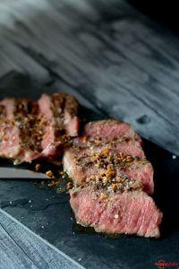 Steak medium rare gebraten mit Knoblauchbutter