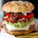 California Burger mit Pancetta und Avocado