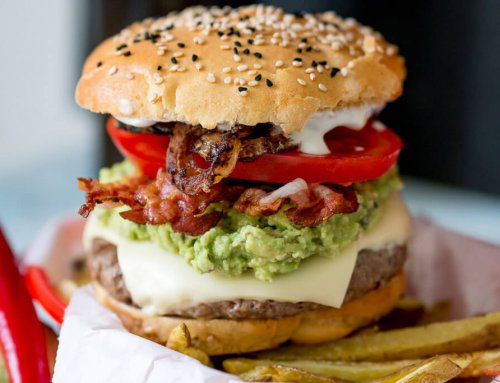 California Burger mit Avocado und Pancetta