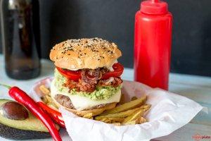 Avocado Bacon Burger mit selbstgeamchten Röstzwiebel