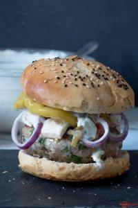 Griechischer Burger mit Feta und Peperoni