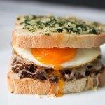 Sloppy Joe Sandwich mit auslaufendem Spiegelei