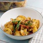 sous vide Kartoffelsalat mit getrockneten Tomaten und Pinienkernen