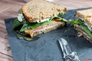 Räucherlachs-Sandwich mit Babyspinat und Honig-Senfsauce