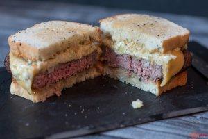 Angeschnittener perfekter Cheeseburger