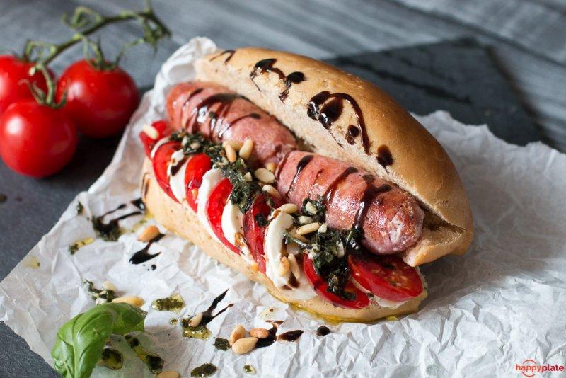 Italienischer Hot Dog mit Salsiccia undTomate Mozzarella
