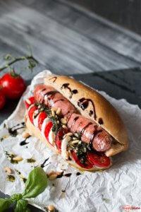 Hot Dog mit Salsiccia und Tomate-Mozzarella