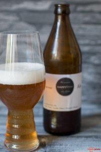 Selbstgebrautes Bier mit Hopfen