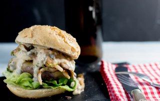 Burger mit angeschwenkten Austernpilzen und Sauce Tartar