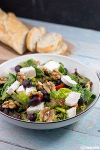 Salat Paris mit Walnuessen und Trauben