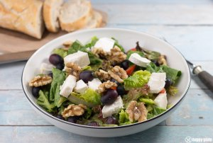 Salat mit Ziegenkäse Walnuessen und Weintrauben