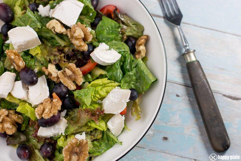 Salat mit Walnüssen, Ziegenkäse, und Trauben