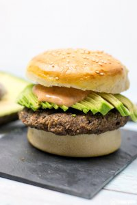 Vegetarischer Black Beans Burger mit Avocado