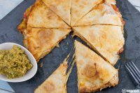 Chicken Quesadilla mit Siracha Guacamole