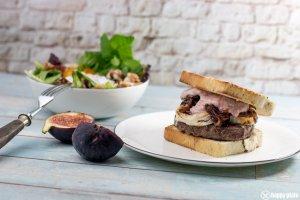 Burger mit Ziegenkaese Rotweinschalotten Feigen mit einem Beilagensalat