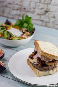 Burger mit Ziegenkaese und Feigen mit einem Beilagensalat_