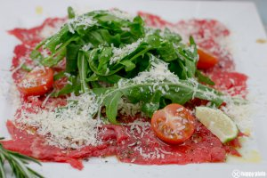 Carpaccio vom Rind mit Parmesan und Ruccola