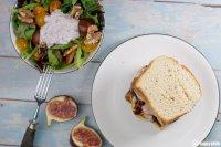 Französischer Burger mit Beilagensalat