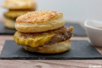Loaded Cheeseburger mit Raclette Kaese